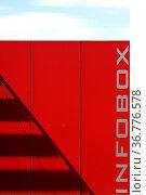Die Außenwand einer Infobox auf einem Schulgelände mit Schatten auf... Стоковое фото, фотограф Zoonar.com/Bastian Kienitz / easy Fotostock / Фотобанк Лори