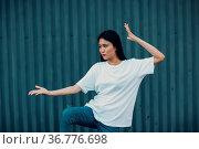 Asian young woman doing qigong or wushu exercise summer outdoor. Стоковое фото, фотограф Zoonar.com/Max / easy Fotostock / Фотобанк Лори