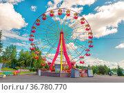 Russia, Nizhny Tagil, July 2021: Bondin Park overlooking the Ferris wheel on a summer sunny day. Редакционное фото, фотограф Акиньшин Владимир / Фотобанк Лори