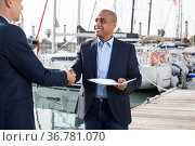 two men in suits buy and sell a yacht in the seaport. Стоковое фото, фотограф Татьяна Яцевич / Фотобанк Лори