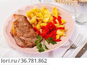 Beef entrecote with fried potato and baked sweet pepper. Стоковое фото, фотограф Яков Филимонов / Фотобанк Лори