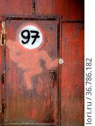Ein verrostetes Eisentor mit einer Tür und einem angemalten Schild. Стоковое фото, фотограф Zoonar.com/Bastian Kienitz / easy Fotostock / Фотобанк Лори