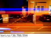 Die Lichtstreifen von einem schnell vorbeifahrenden Autos bei Nacht. Стоковое фото, фотограф Zoonar.com/Bastian Kienitz / easy Fotostock / Фотобанк Лори