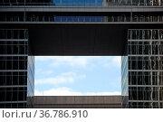 Eine viereckige Öffnung zwischen modernen Hochhausfassaden. Стоковое фото, фотограф Zoonar.com/Bastian Kienitz / easy Fotostock / Фотобанк Лори