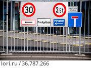 Viele verschiedene Verkehrsschilder an dem eisernen Eingangstor eines... Стоковое фото, фотограф Zoonar.com/Bastian Kienitz / easy Fotostock / Фотобанк Лори