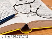 Bildung - Wörterbuch mit Brille. Стоковое фото, фотограф Zoonar.com/Stockfotos-MG / easy Fotostock / Фотобанк Лори