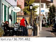 Nieder-Olm, Deutschland - Oktober 14, 2017: Besucher des Cafés Blums... Стоковое фото, фотограф Zoonar.com/Bastian Kienitz / age Fotostock / Фотобанк Лори