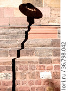 Ein markanter Laternenschatten auf einer gemauerten Wand einer Kirche. Стоковое фото, фотограф Zoonar.com/Bastian Kienitz / easy Fotostock / Фотобанк Лори