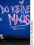 Der Slogan Du kleine Maus an einer blauen Mauer mit roten Buchstaben. Стоковое фото, фотограф Zoonar.com/Bastian Kienitz / easy Fotostock / Фотобанк Лори