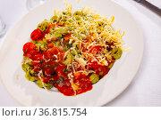 Italian spinach tortellini pasta with tomato sauce. Стоковое фото, фотограф Яков Филимонов / Фотобанк Лори