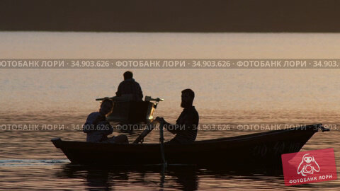 05-08-2020 KAZAN, RUSSIA: people sailing on the river at sunset. Редакционное видео, видеограф Константин Шишкин / Фотобанк Лори