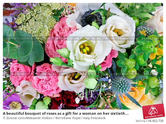 A beautiful bouquet of roses as a gift for a woman on her sixtieth... Стоковое фото, фотограф Zoonar.com/Aleksandr Volkov / easy Fotostock / Фотобанк Лори