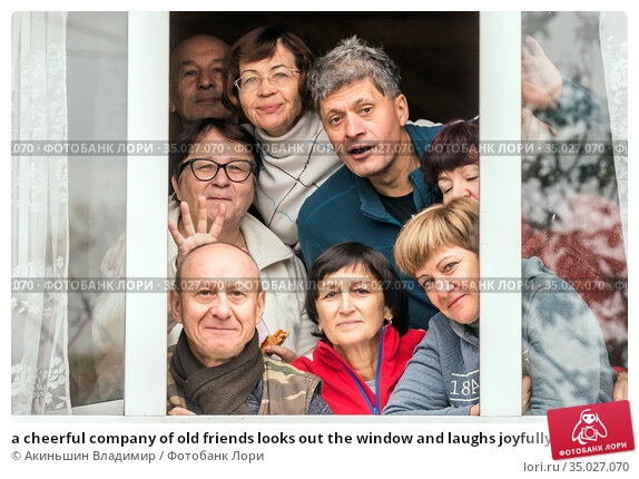 a cheerful company of old friends looks out the window and laughs joyfully. Стоковое фото, фотограф Акиньшин Владимир / Фотобанк Лори