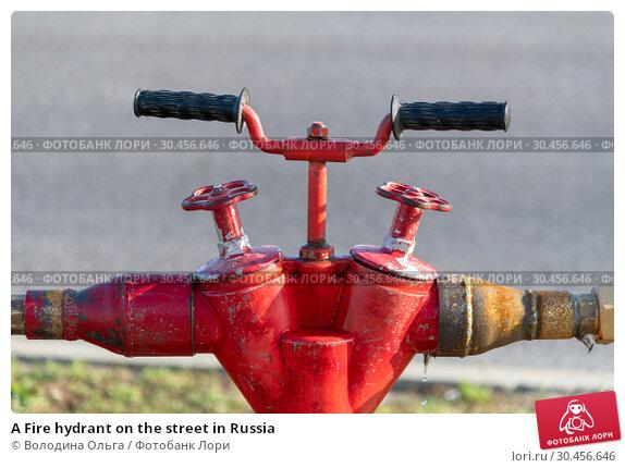 A Fire hydrant on the street in Russia. Стоковое фото, фотограф Володина Ольга / Фотобанк Лори