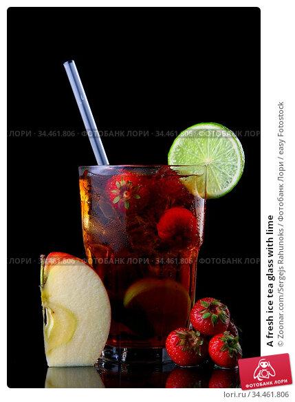 A fresh ice tea glass with lime. Стоковое фото, фотограф Zoonar.com/Sergejs Rahunoks / easy Fotostock / Фотобанк Лори