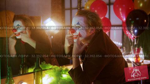 Купить «A man clown stretches out his lips in a smile and laughing to somebody on the side», видеоролик № 32392054, снято 14 ноября 2019 г. (c) Константин Шишкин / Фотобанк Лори
