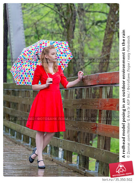 A redhead model posing in an outdoor environment in the rain. Стоковое фото, фотограф Zoonar.com/Walter G Arce Sr ASP Inc / easy Fotostock / Фотобанк Лори