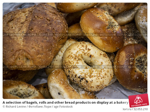 A selection of bagels, rolls and other bread products on display at a bakery in New York on Saturday, June 22, 2019. (© Richard B. Levine). Стоковое фото, фотограф Richard Levine / age Fotostock / Фотобанк Лори