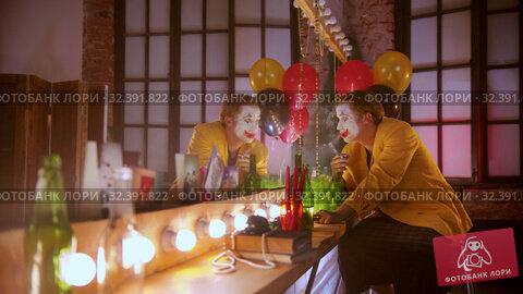 Купить «A tired crying man clown smoking in the dressing room - rip off his bowtie», видеоролик № 32391822, снято 20 ноября 2019 г. (c) Константин Шишкин / Фотобанк Лори