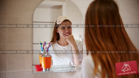 A young woman brushing her teeth. Стоковое видео, видеограф Константин Шишкин / Фотобанк Лори