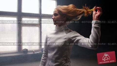 Купить «A young woman fencer she lets her hair down and shakes her head», видеоролик № 32407462, снято 31 марта 2020 г. (c) Константин Шишкин / Фотобанк Лори
