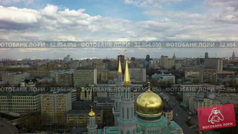 Aerial view of city with Moscow Cathedral Mosque, Russia. Стоковое видео, видеограф Данил Руденко / Фотобанк Лори