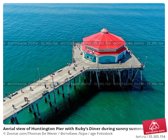 Aerial view of Huntington Pier with Ruby's Diner during sunny summer... Стоковое фото, фотограф Zoonar.com/Thomas De Wever / age Fotostock / Фотобанк Лори