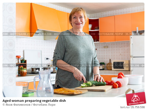 Aged woman preparing vegetable dish. Стоковое фото, фотограф Яков Филимонов / Фотобанк Лори