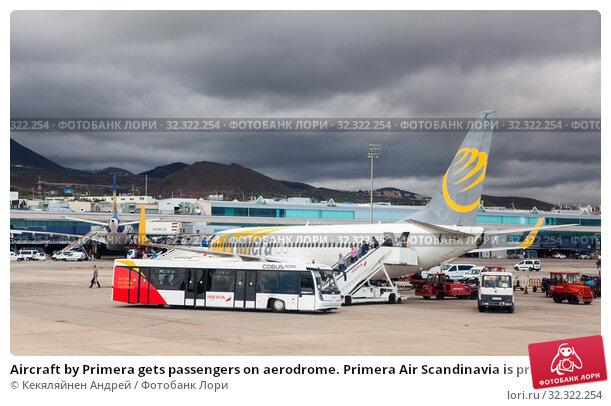 Купить «Aircraft by Primera gets passengers on aerodrome. Primera Air Scandinavia is provided scheduled and charter passenger services. Sofia Reina, Canary, Tenerife», фото № 32322254, снято 10 января 2016 г. (c) Кекяляйнен Андрей / Фотобанк Лори