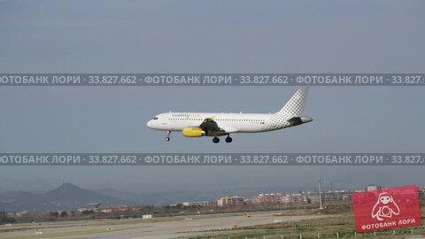 Airline Vueling plane comes in for a landing in an aeroport El Prat city of Barcelona. Board number EC-LUN. Редакционное видео, видеограф Яков Филимонов / Фотобанк Лори