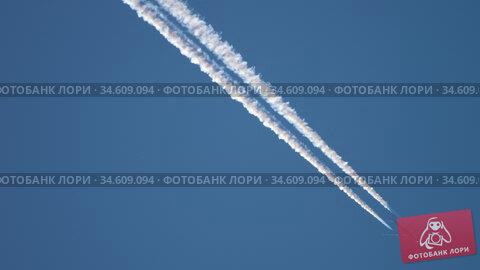 Airliner cruising high in the sky. Стоковое видео, видеограф Игорь Жоров / Фотобанк Лори