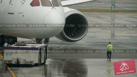 Купить «Airliner pushing back before departure», видеоролик № 32918910, снято 11 ноября 2017 г. (c) Игорь Жоров / Фотобанк Лори