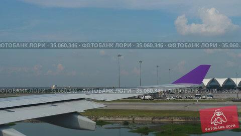 AIrliner taxiing to runway for departure. Стоковое видео, видеограф Игорь Жоров / Фотобанк Лори