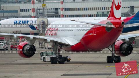 Купить «Airplane Airbus A330 towing», видеоролик № 30787370, снято 22 июля 2017 г. (c) Игорь Жоров / Фотобанк Лори