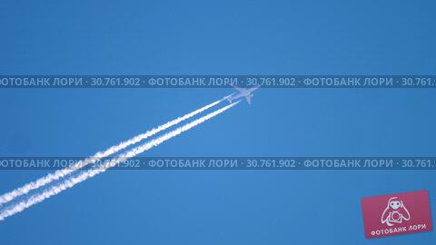 Купить «Airplane flying high in the sky», видеоролик № 30761902, снято 16 апреля 2019 г. (c) Игорь Жоров / Фотобанк Лори