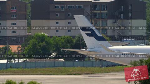 Airplane taxiing after landing. Редакционное видео, видеограф Игорь Жоров / Фотобанк Лори