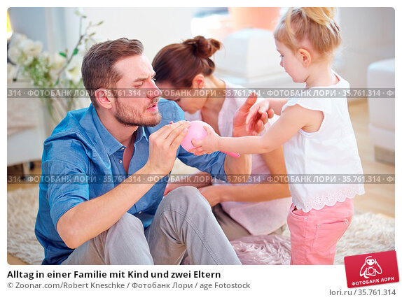 Alltag in einer Familie mit Kind und zwei Eltern. Стоковое фото, фотограф Zoonar.com/Robert Kneschke / age Fotostock / Фотобанк Лори