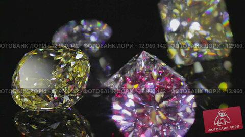 Алмазы блестят  и отражают луч лазера на черном фоне. Стоковое видео, видеограф Даниил Хабаров / Фотобанк Лори