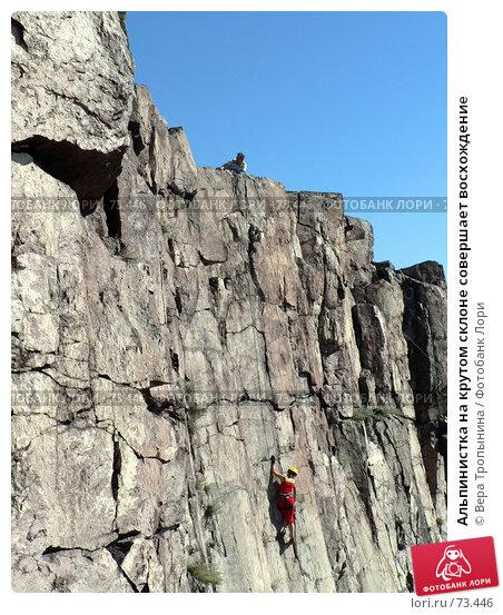 Альпинистка на крутом склоне совершает восхождение, фото № 73446, снято 21 августа 2017 г. (c) Вера Тропынина / Фотобанк Лори