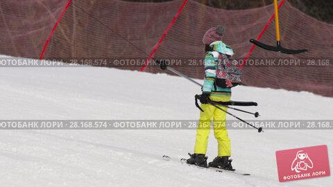 Купить «Amateur skier girl on a lift», видеоролик № 28168574, снято 9 марта 2018 г. (c) Игорь Жоров / Фотобанк Лори