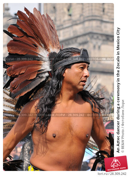 Купить «An Aztec dancer during a ceremony in the Zocalo in Mexico City», фото № 28309242, снято 26 апреля 2018 г. (c) BE&W Photo / Фотобанк Лори
