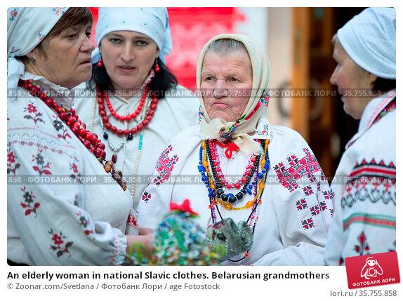 An elderly woman in national Slavic clothes. Belarusian grandmothers. Стоковое фото, фотограф Zoonar.com/Svetlana / age Fotostock / Фотобанк Лори