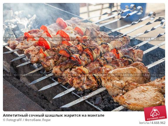Купить «Аппетитный сочный шашлык жарится на мангале», фото № 4668962, снято 18 июля 2019 г. (c) FotograFF / Фотобанк Лори