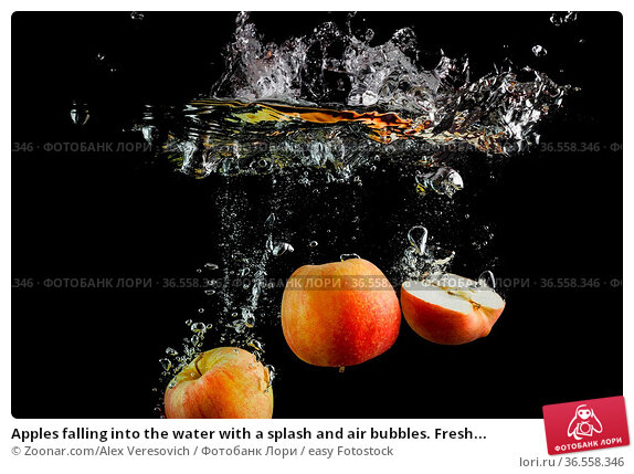 Apples falling into the water with a splash and air bubbles. Fresh... Стоковое фото, фотограф Zoonar.com/Alex Veresovich / easy Fotostock / Фотобанк Лори
