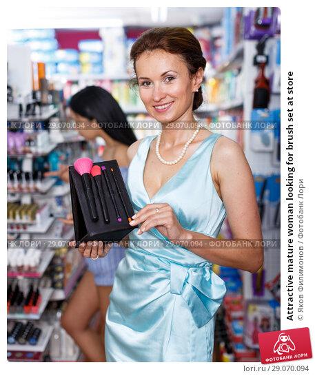 Купить «Attractive mature woman looking for brush set at store», фото № 29070094, снято 21 июня 2018 г. (c) Яков Филимонов / Фотобанк Лори