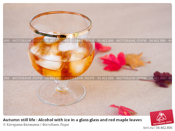 Autumn still life : Alcohol with ice in a glass glass and red maple leaves. Стоковое фото, фотограф Катерина Белякина / Фотобанк Лори