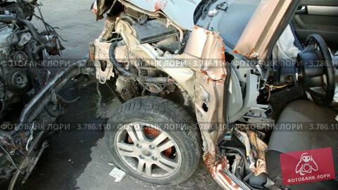 Купить «Автомобиль после аварии на автомобильной свалке», видеоролик № 3786110, снято 8 апреля 2012 г. (c) Losevsky Pavel / Фотобанк Лори