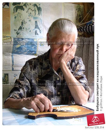 Бабушка смотрит на нашинкованный лук, фото № 235314, снято 4 апреля 2002 г. (c) griFFon / Фотобанк Лори