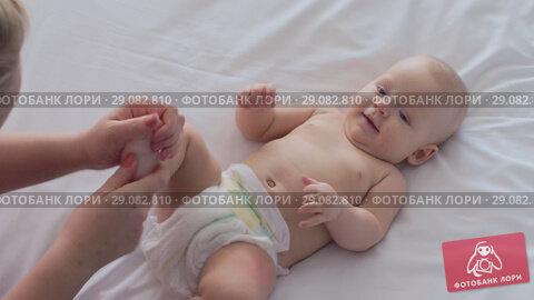 Купить «Baby girl getting foot massage», видеоролик № 29082810, снято 19 сентября 2018 г. (c) Данил Руденко / Фотобанк Лори