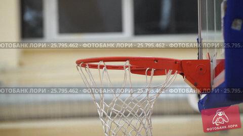 Basketball player throws the ball in the basket, видеоролик № 25795462, снято 17 марта 2016 г. (c) Алексей Макаров / Фотобанк Лори